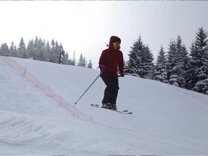 Ados apprenant à skier en colonie de vacances d'hiver