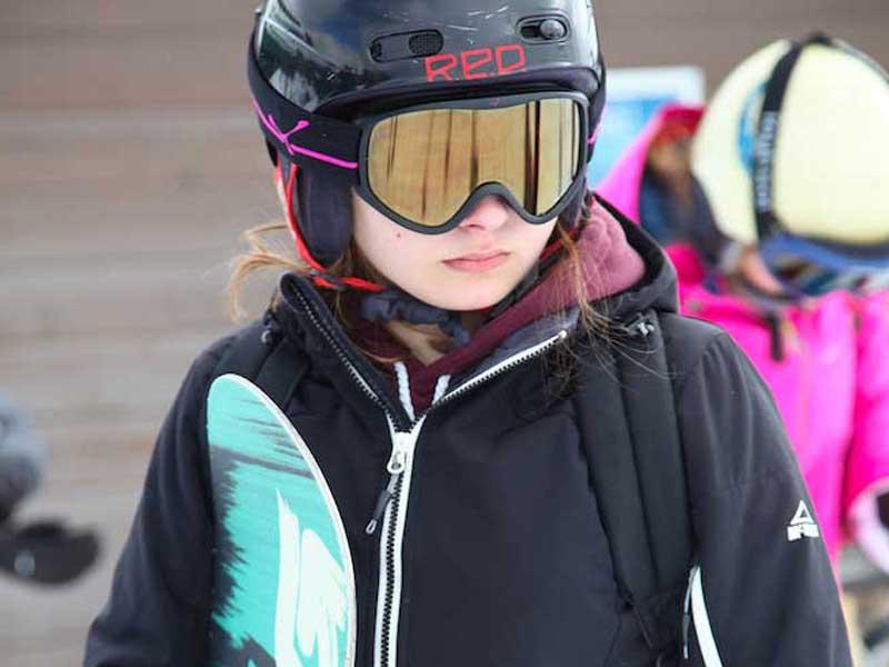 Ados en station de ski en colonie de vacances