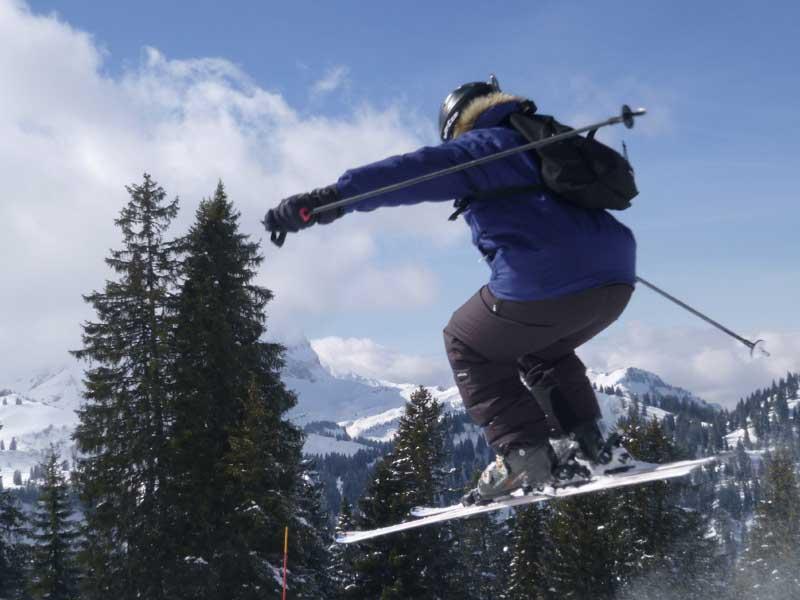 Ado pratiquant le saut de ski en colonie de vacances