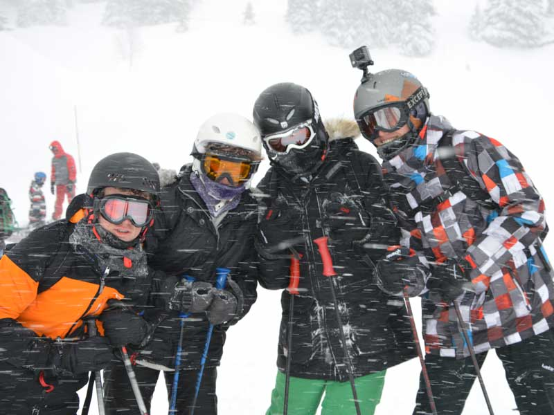 Groupe d'ados en colonie de vacances à la neige