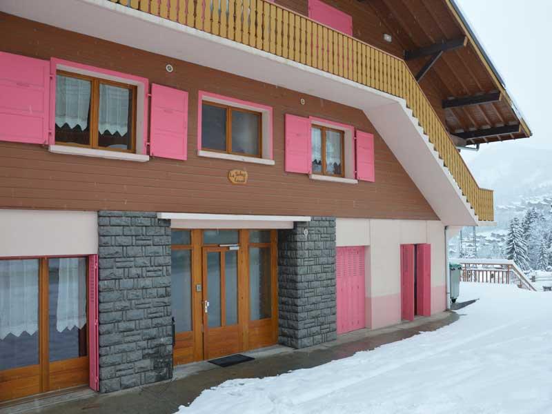 Chalet de colonie de vacances à la neige pour pratiquer le ski et le snowbaord