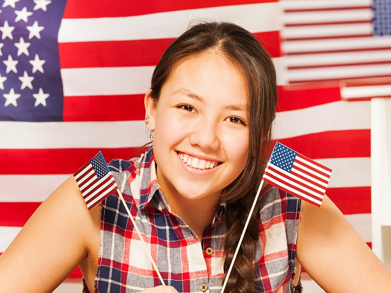Ado avec un grand sourire avec un fond américain lors d'une colonie de vacances à New York