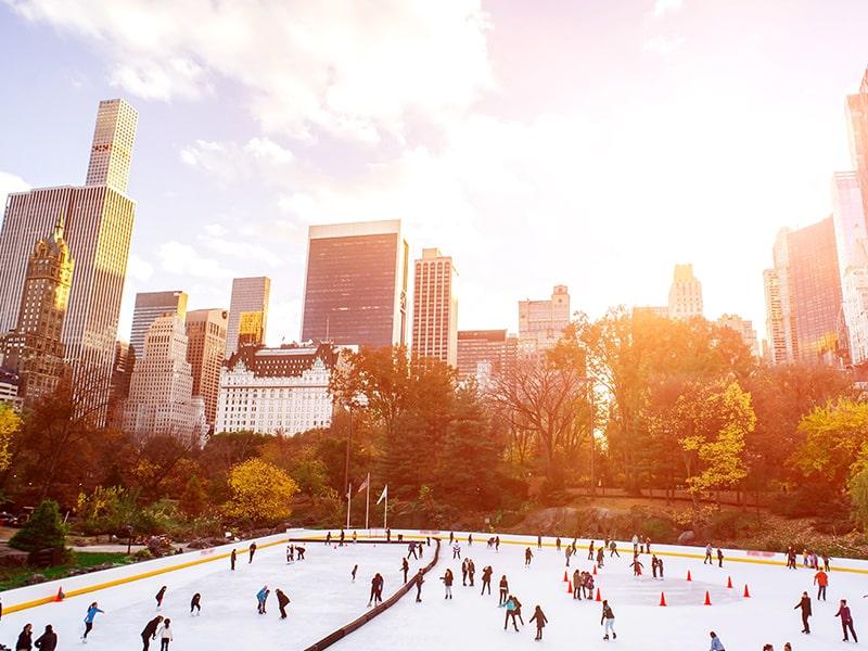 Paysage new-yorkais avec la vue sur central Park et la patinoire lors d'une colonie de vacances à New York