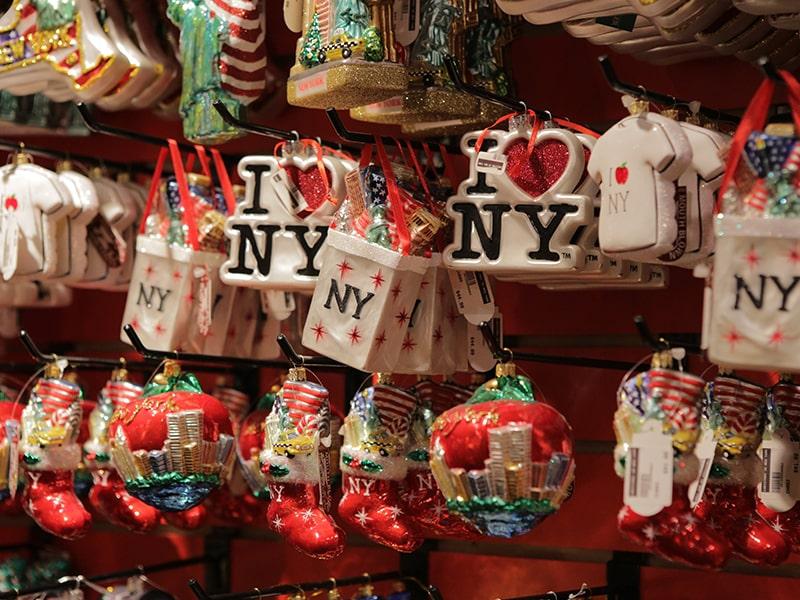 Porte-clés souvenirs de New York dans un magasin de souvenirs lors d'une colonie de vacances