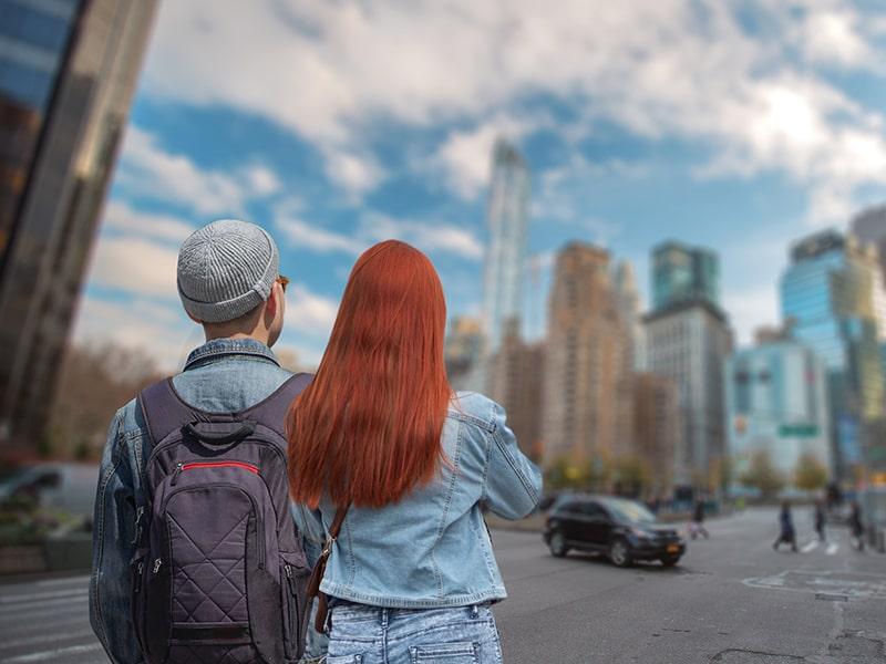Jeune fille et jeune garçon se baladant dans les rues new-yorkaises lors d'une colonie de vacances à New York