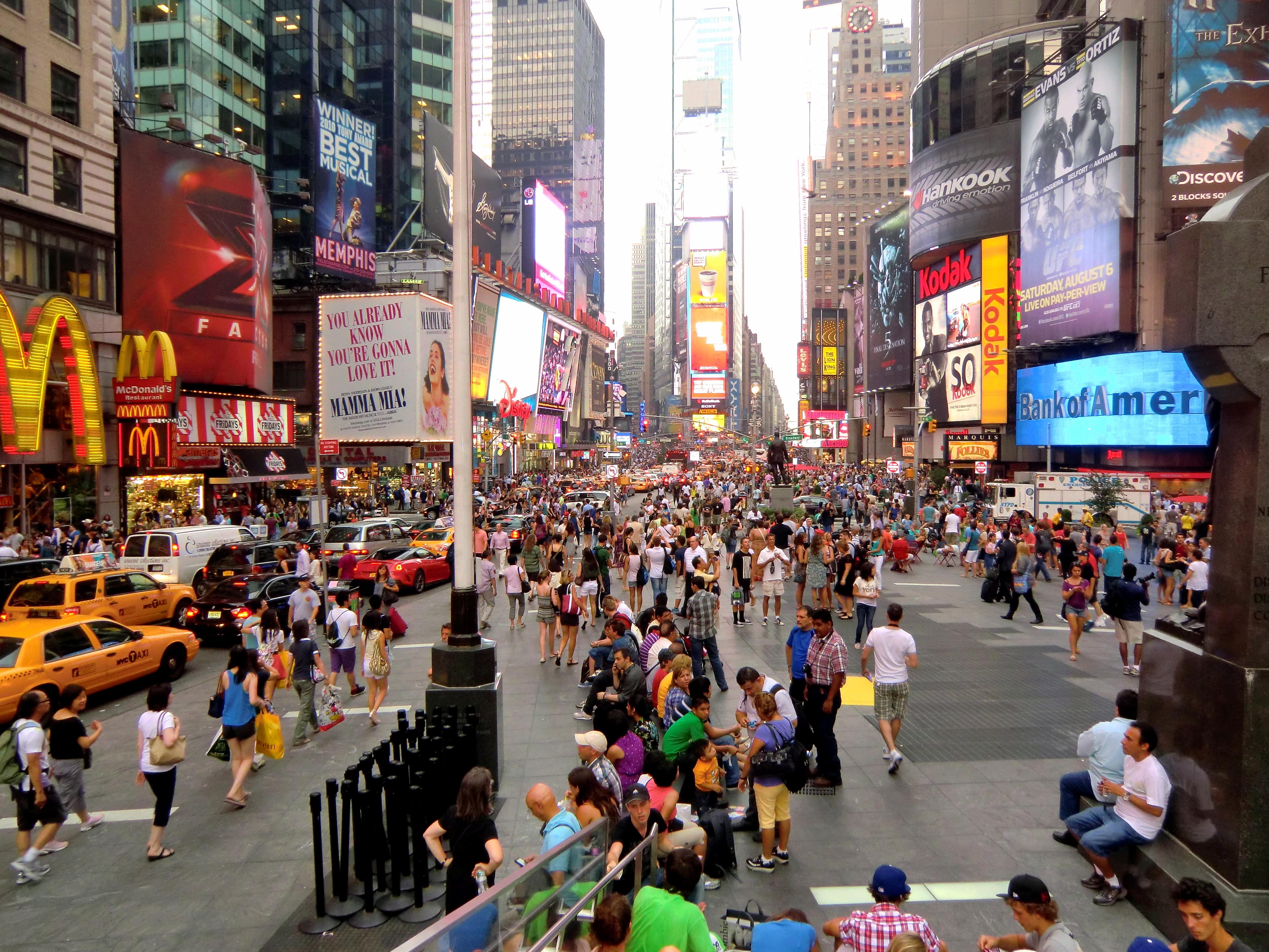 Vue sur les rues de Times Square avec tous les magasins éclairés lors d'une colonie de vacances à New York