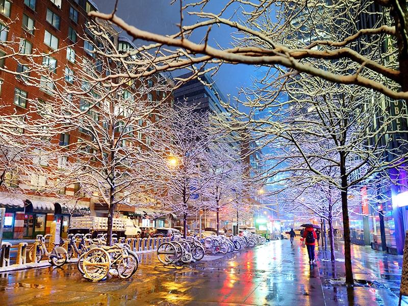 Vue sur les rues d'hiver de New York dans la nuit lors d'une colonie de vacances