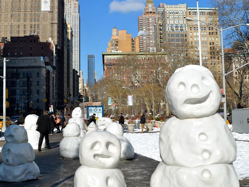 Bonhommes de neige dans les rues new-yorkaises lors d'une colonie de vacances à New York