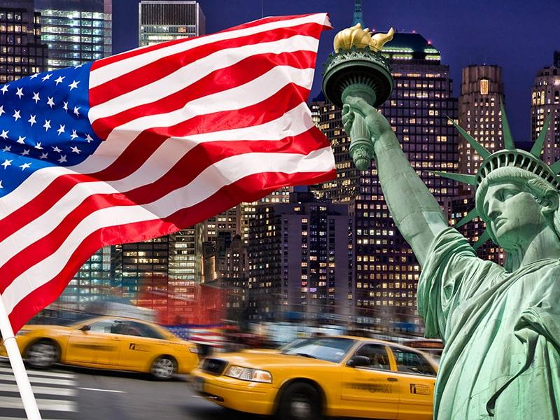 Vue sur les taxis et les rues de New York avec la statue de la liberté et le drapeau lors d'une colonie de vacances
