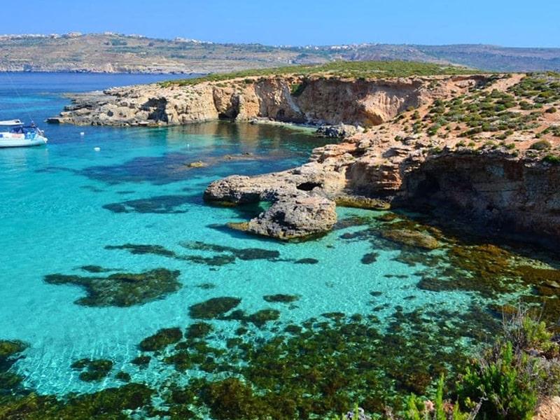 Vue sur un lagon à Malte avec une eau bleu turquoise lors d'une colonie de vacances