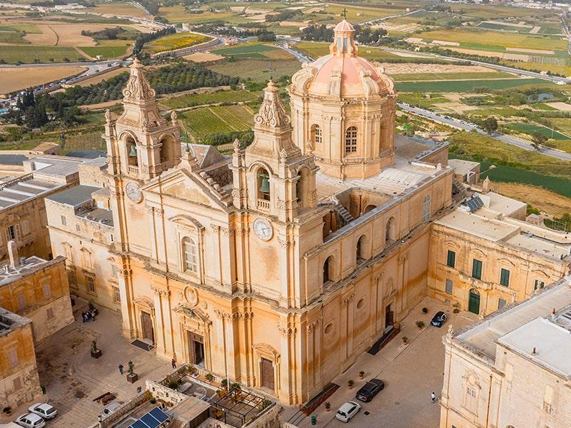 Vue sur la Cathédrale Saint-Pierre-et-Saint-Paul de Mdina lors d'une colo de vacances à Malte