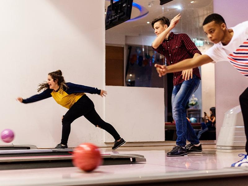 Ados jouant au Bowling à Malte lors d'une colonie de vacances