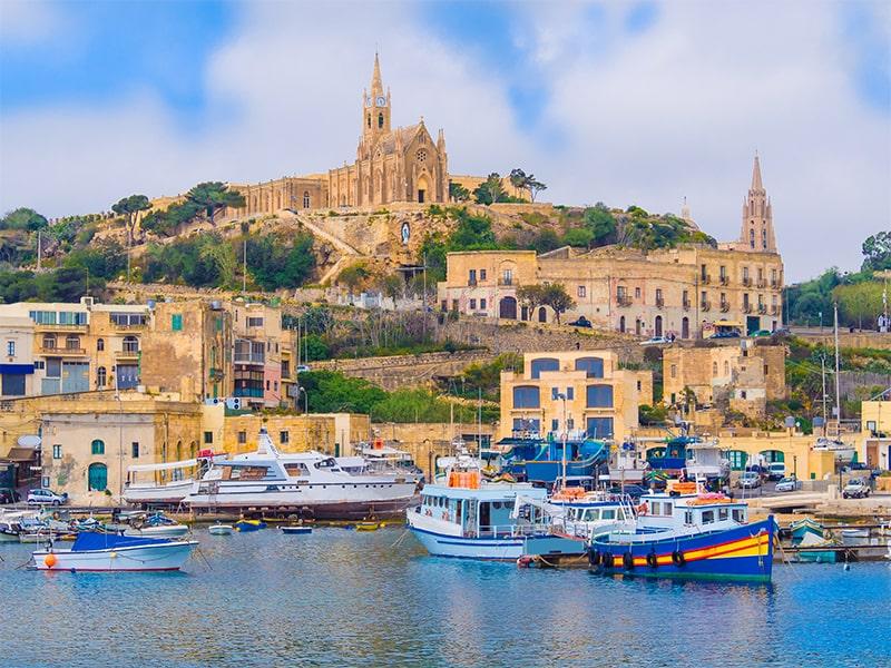Vue sur les monuments célèbres de Malte et vue sur la méditerranée avec les bateaux maltais