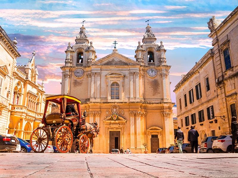 Vue sur la Cathédrale Saint-Pierre-et-Saint-Paul de Mdina à Malte lors d'une colonie de vacances
