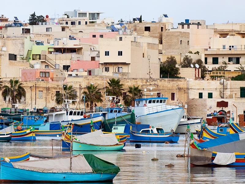 Paysage du port à Malte avec la vue sur les bateaux et les habitations lors d'une colonie de vacances