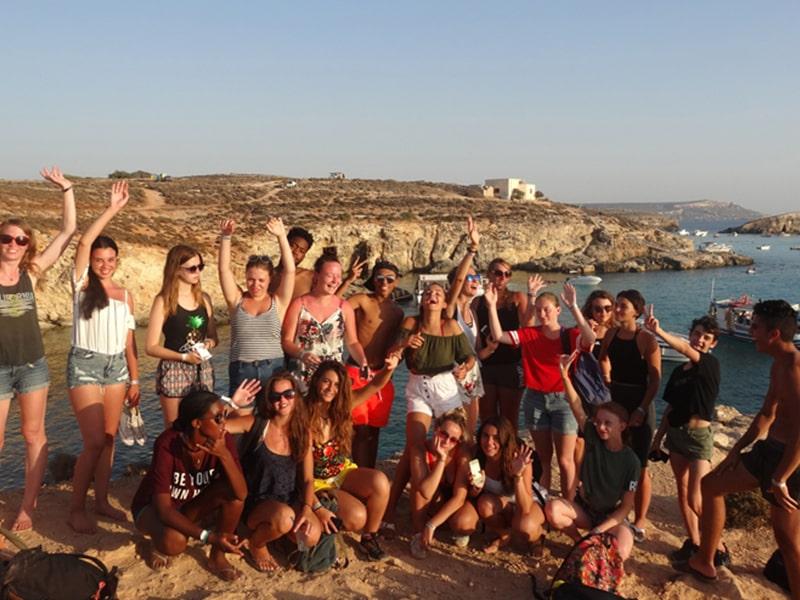 Groupe de jeunes en colo qui profitent de leur colonie de vacances à Malte au bord de la méditerranée