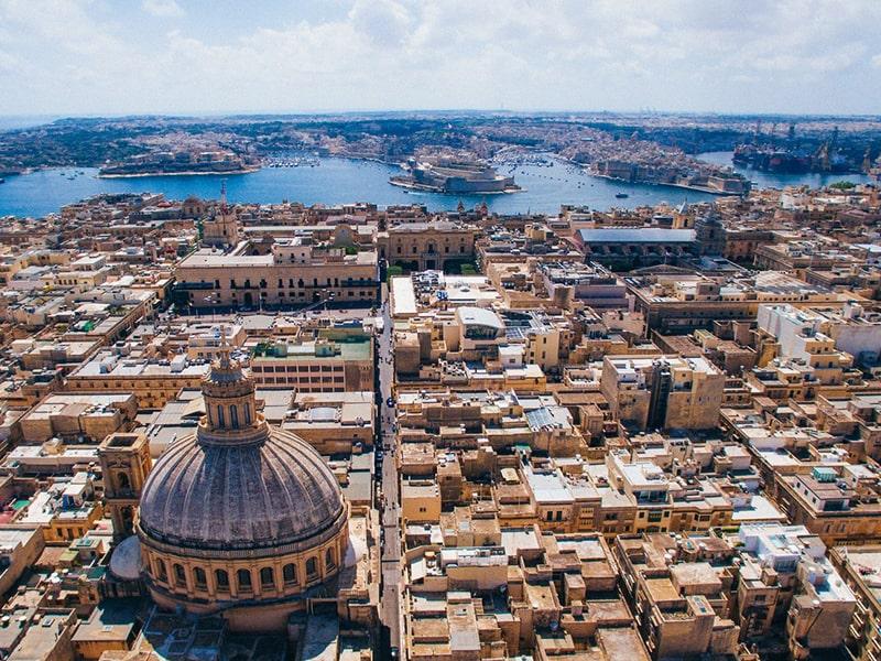 Vue de très haut sur tout Malte et sur la mer Méditerranée lors d'une colonie de vacances