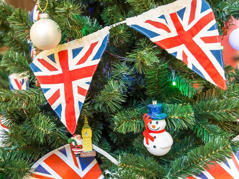 Vue sur un arbre de noel anglais en colonie de vacances à Londres