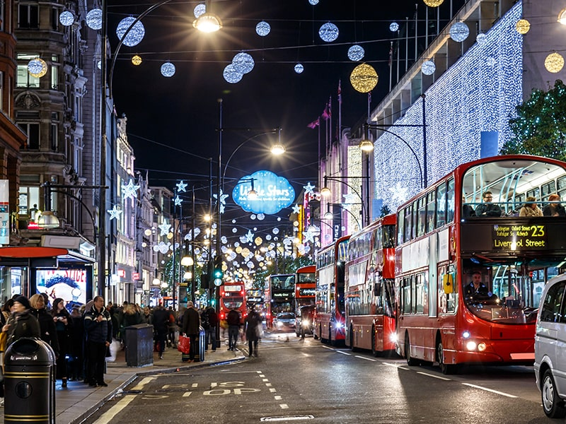 Vue sur une rue de Londres de nuit pendant l'hiver en colonie de vacances