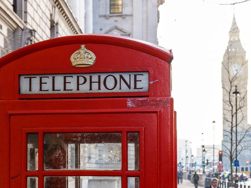 Vue sur une cabine téléphonique anglaise lors d'une colonie de vacances