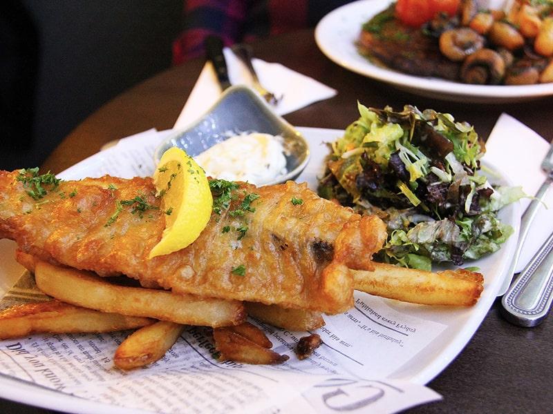 Menu fish and chips dans un restaurant anglais lors d'une colonie de vacances à Londres