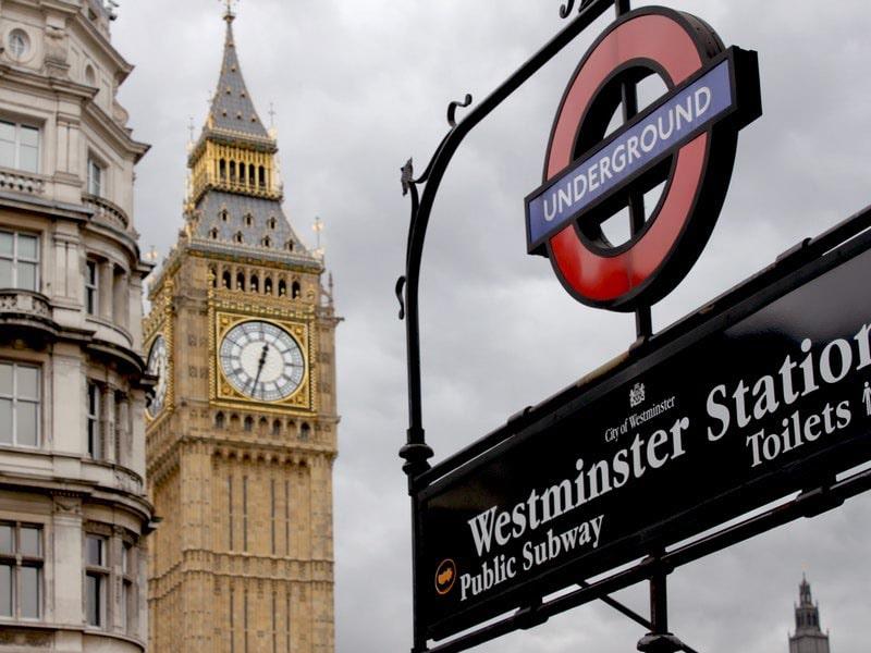 Vue sur la sortie de métro Westminster à Londres lors d'une colonie de vacances