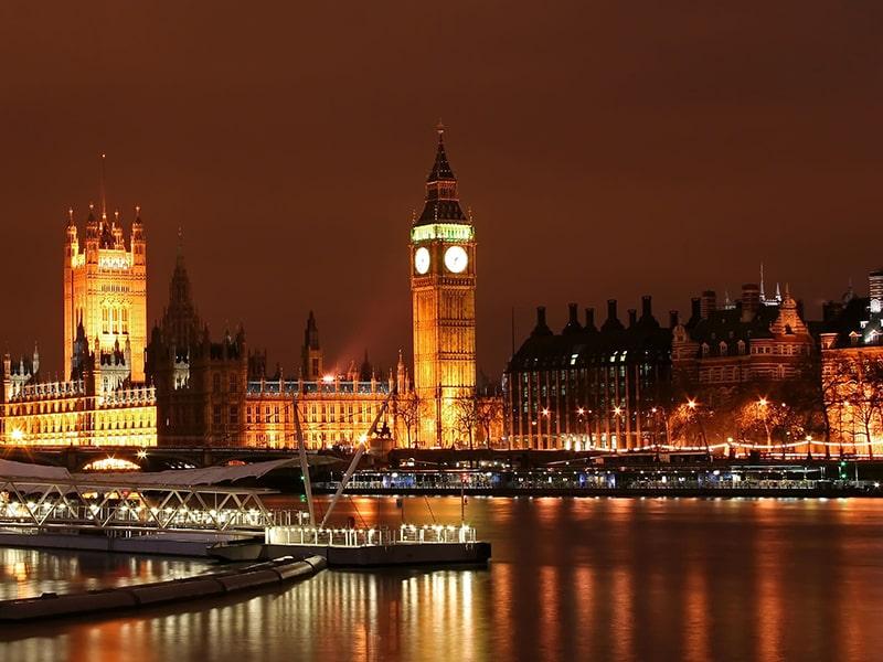 Vue de nuit sur les célèbres monuments de Londres lors d'une colonie de vacances