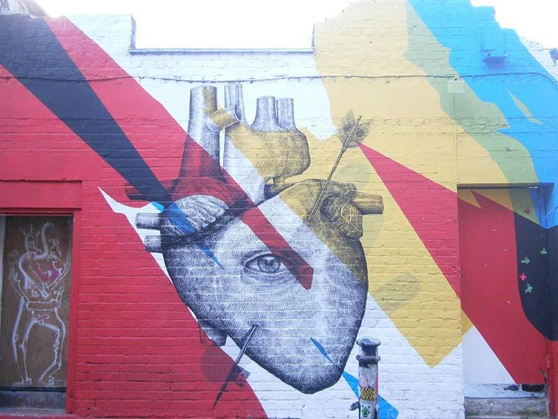 Graff coloré sur un mur du quartier de Camden lors d'une colonie de vacances à Londres
