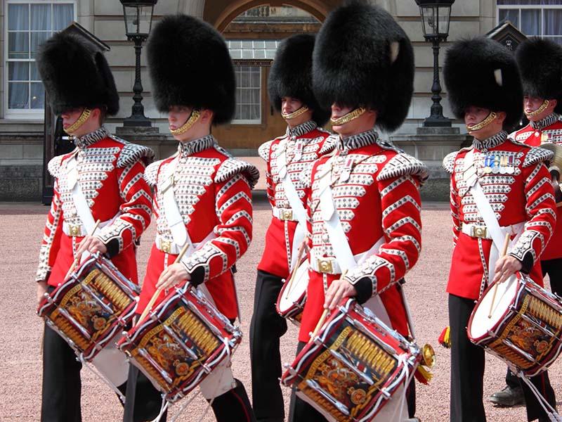 Garde royale avec le costume traditionnel lors d'une colonie de vacances à Londres
