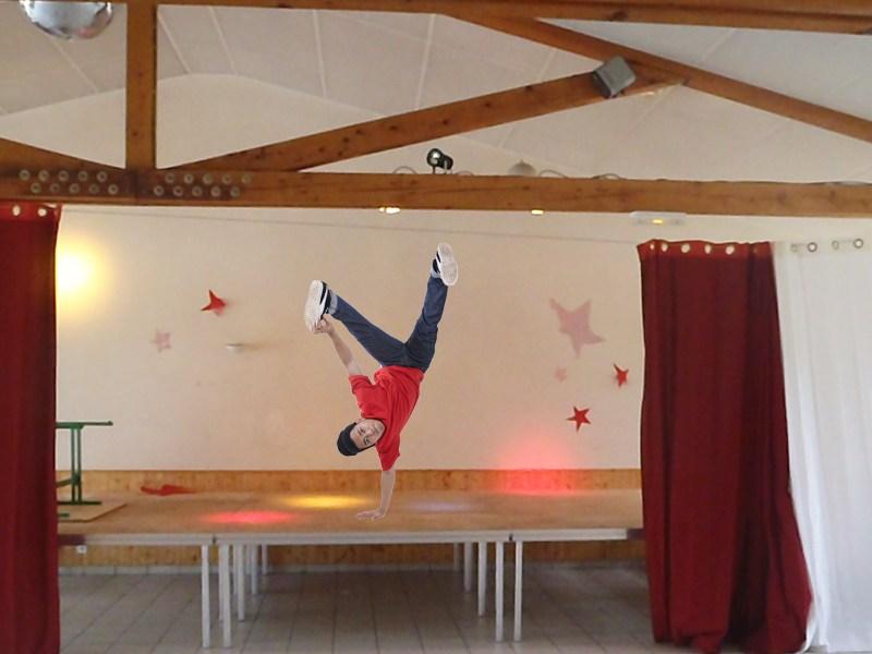 ado faisant du breakdance sur la scène de spectacle de colonie