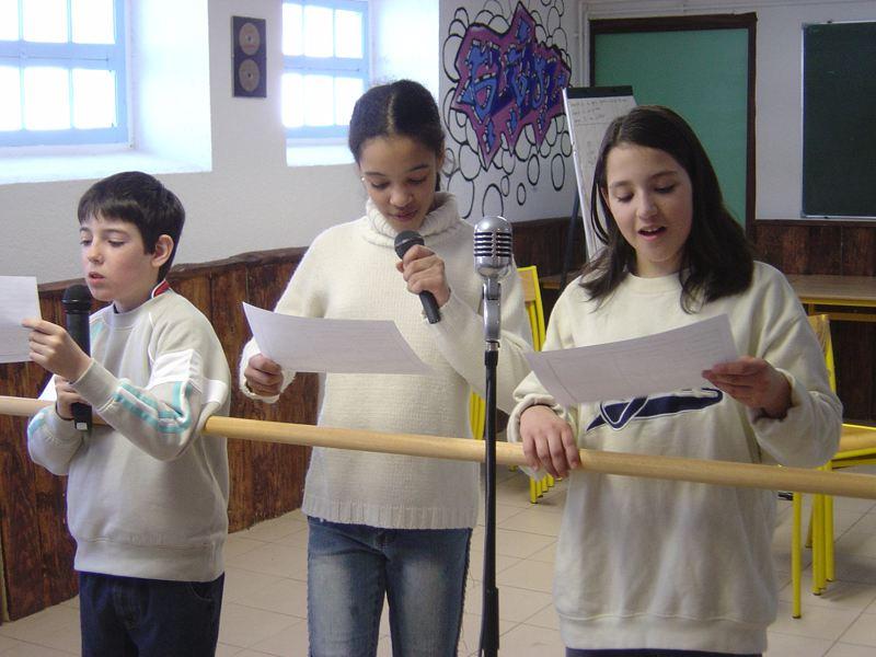 trois enfants faisant du chant en colonie de vacances