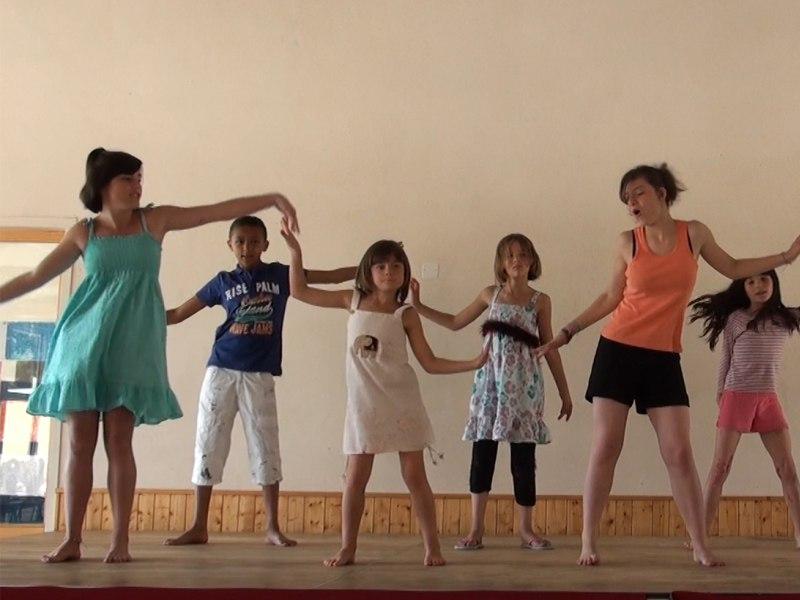 groupe d'enfants en colonie de vacances répétant un spectacle