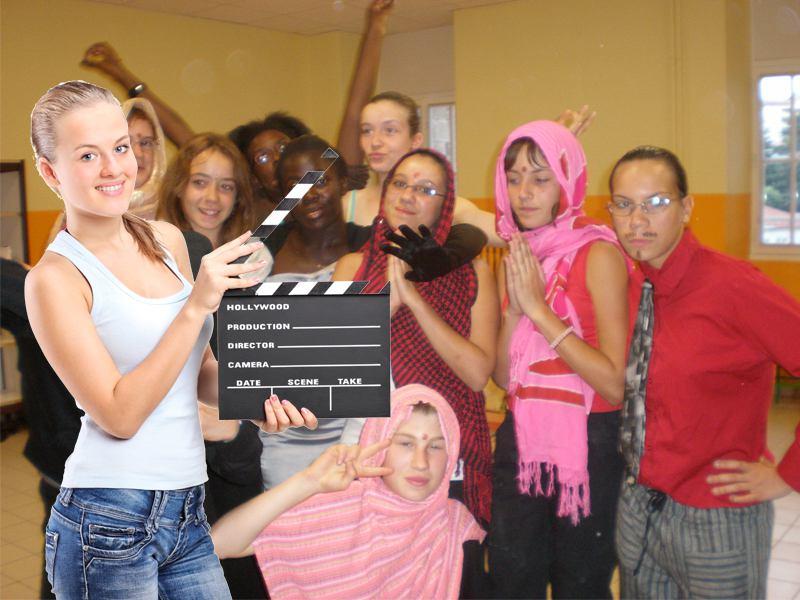 groupes d'ados en colonie de vacances cinéma à la montagne déguisés