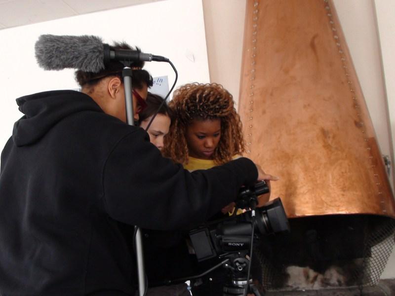adoslecents apprenant à utiliser la caméra en colo pour créer leur court métrage cinéma