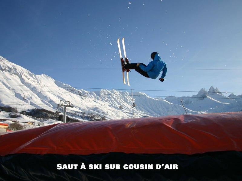 Adolescent pratiquant le saut à ski sur coussin d'air en colo