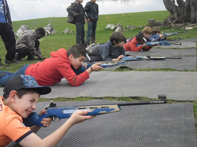 Enfant tirant à la carabine
