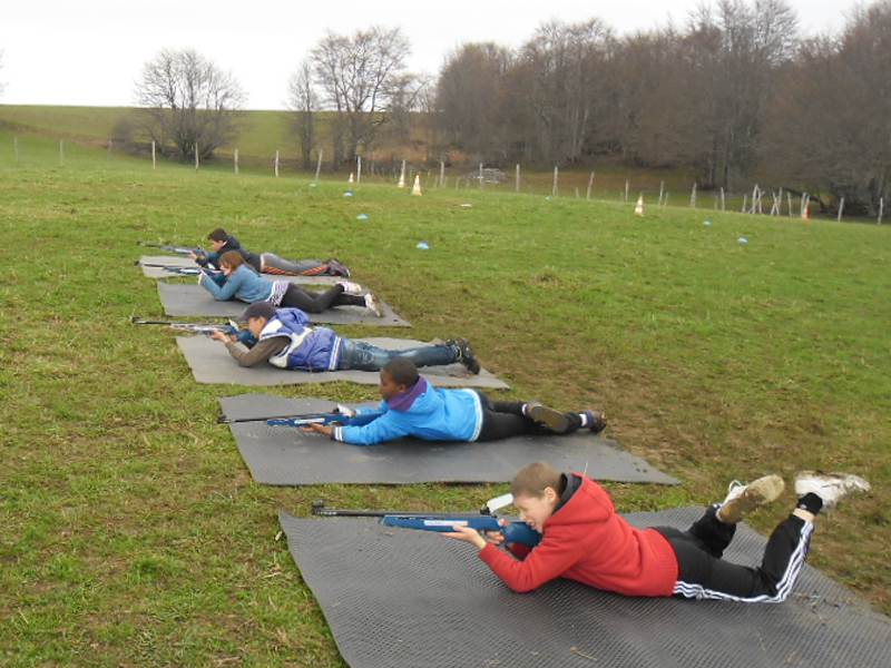 Groupe de jeunes s'exerçant au tir à la carabine