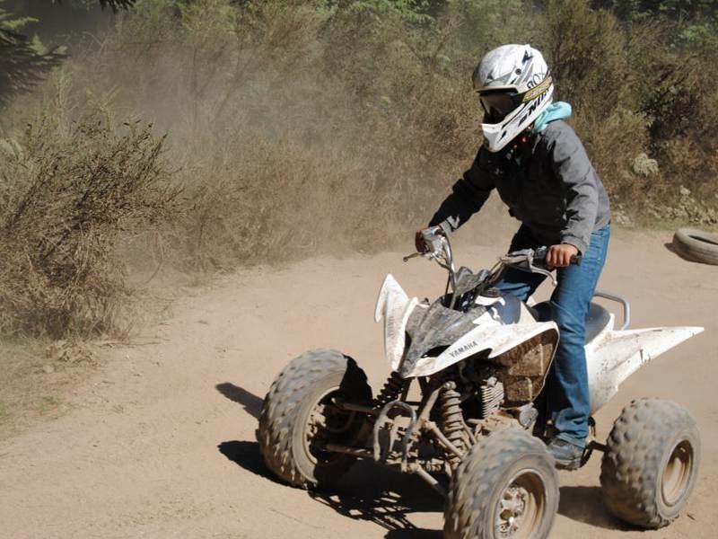Adolescent faisant du quad en colonie de vacances