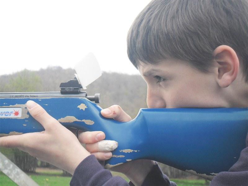 Portrait d'un préado pratiquant le tir laser