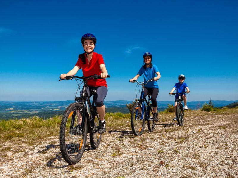 Groupe de jeunes en randonnée VTT en colonie de vacances