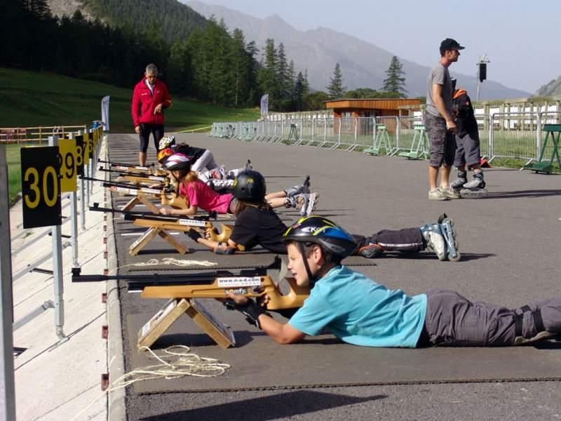 Enfants pratiquant le tir à la carabine laser lors d'un biathlon