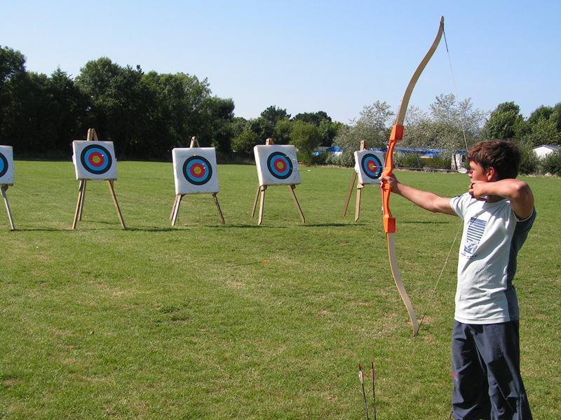 Enfants s'exerçant au tir à l'arc