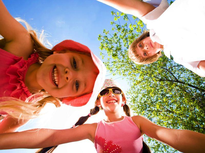 Groupe d'enfants heureux en colonie de vacances