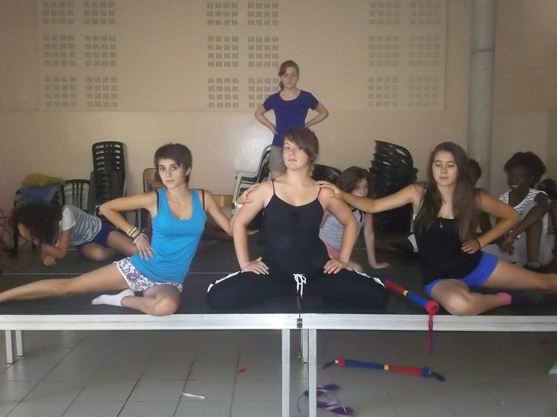 Groupe d'adolescentes dansant sur scène