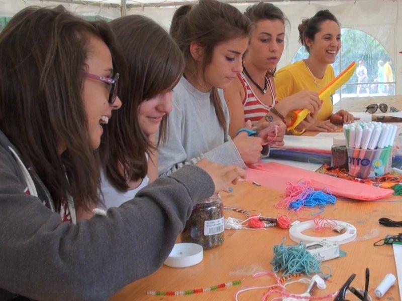 Adolescents en séance d'activités manuelles en colonie de vacances