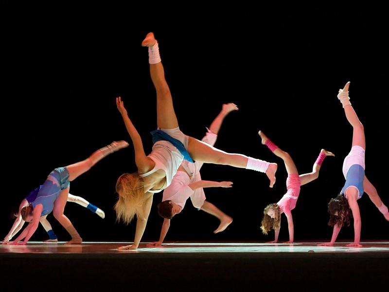 Groupe d'enfants dansant sur scène en colonie de vacances
