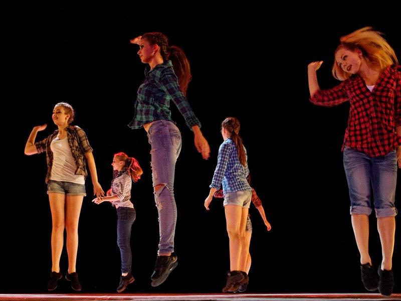 Groupe d'adolescents dansant sur scène en colonie de vacances