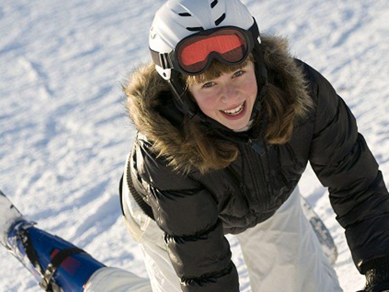 Portrait d'une adolescente en vacances à la montagne