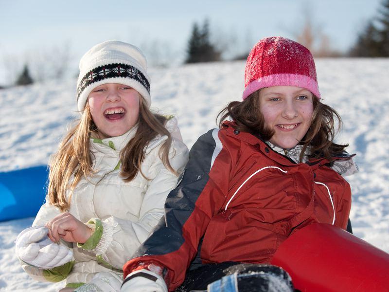 Adolescentes assises dans la neige