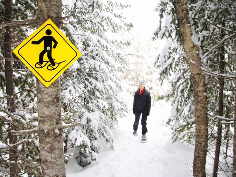 Adolescent en balade à raquettes à neige